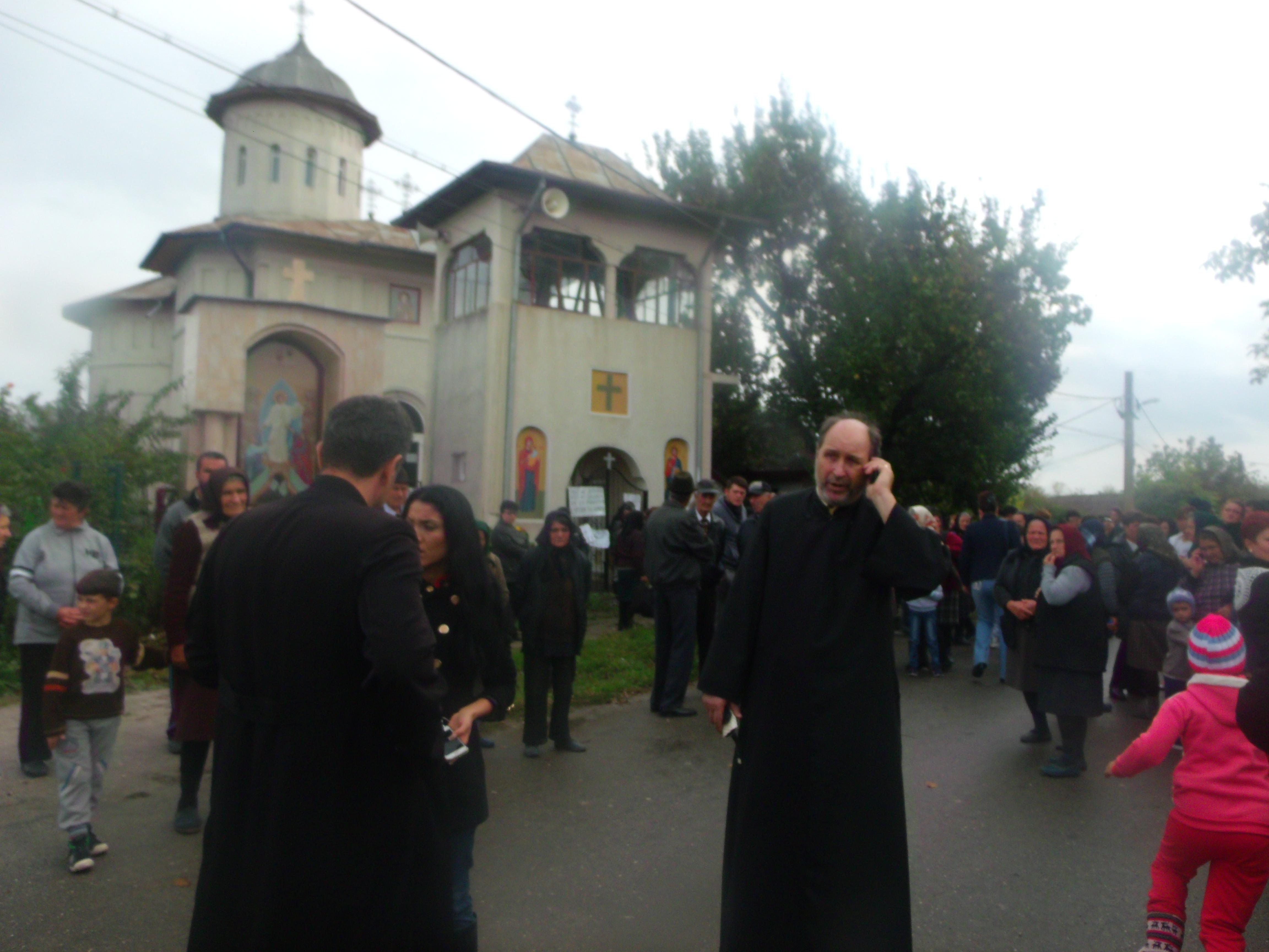 Scandal la Căscioarele: Preotul din sat este prigonit pentru că strânge prea puțini bani de la enoriași / Video