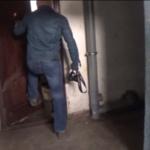 Moarte suspectă: Viermii au ieșit pe sub tocul ușii / Video